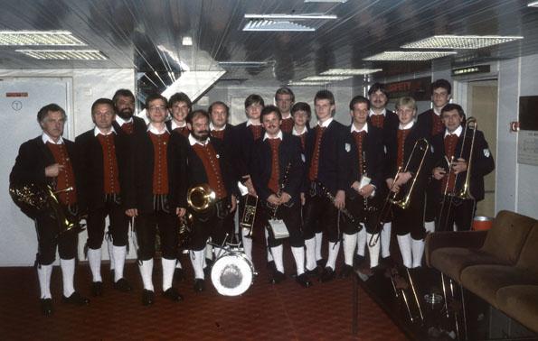 Die Musikerinnen und Musiker 1986 auf Kreuzfahrt. Dirigent: Karl-Ludwig Weiner
